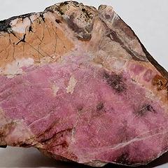 Родонит: свойства камня, кому подходит по гороскопу